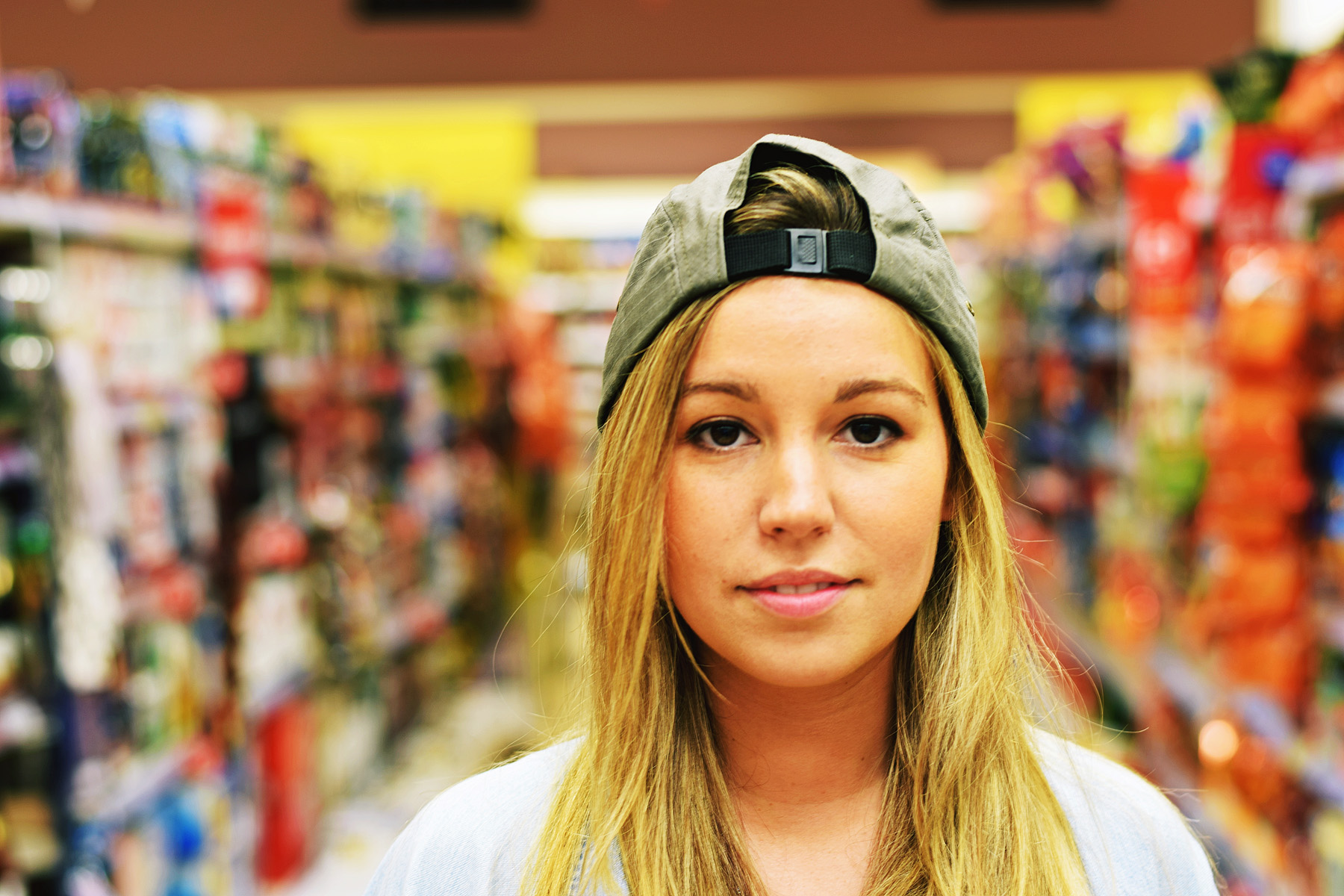 people-girl-woman-woman-colours-blonde-supermarket_t20_x6G112